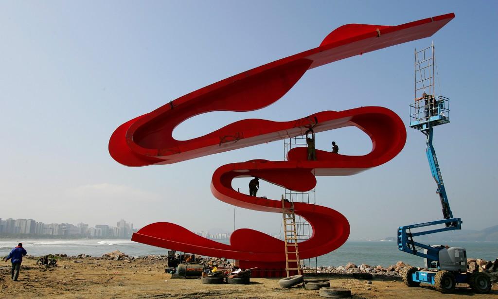 Operários instalando a escultura da artista Tomie Ohtake na orla da praia de Santos para a celebração do centenário da imigração japonesa no Brasil (18/6/2008). (Crédito: ESTADÃO CONTEÚDO/ PATRÍCIA SANTOS)