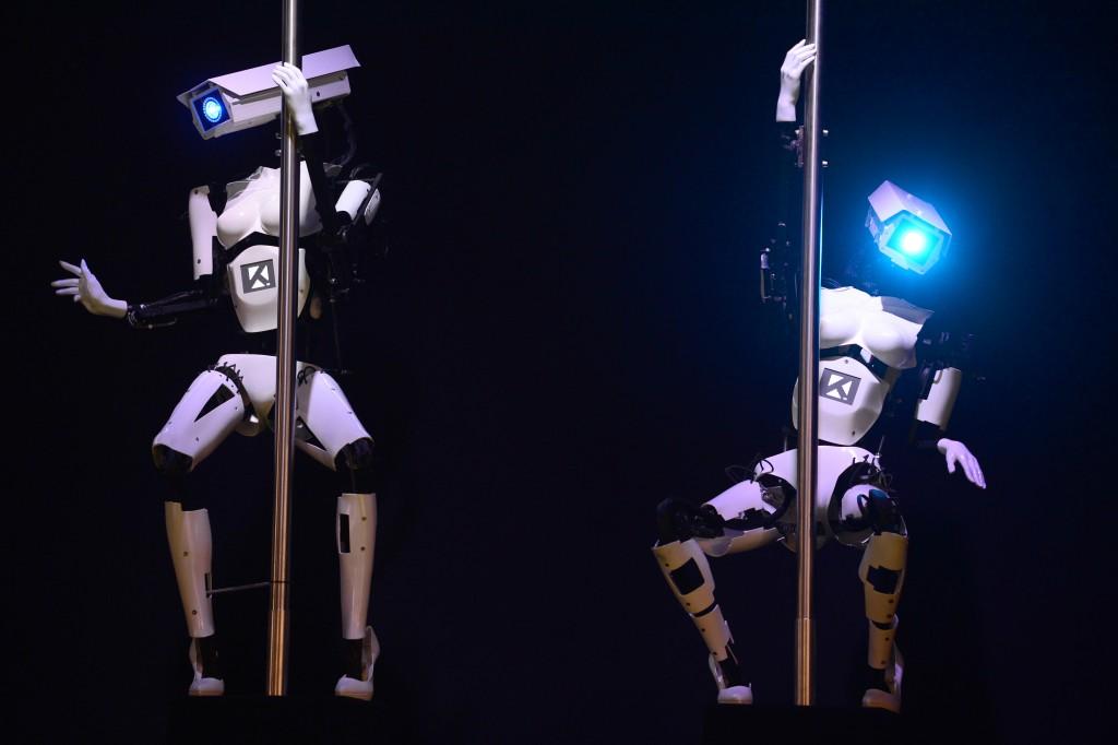 Máquinas do sexo, ou seja, robôs fazem uma apresentação de pole dance na maior feira de tecnologia do mundo em Hannover (Alemanha) em 10/3/2014. Será que alguém vai ficar excitado com isso
