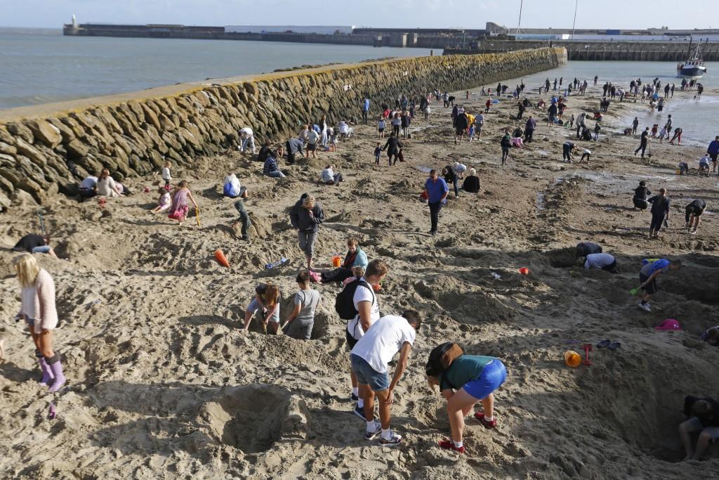 Em Folkestone, no nordeste da Inglaterra pessoas procuram 30 barras de ouro enterradas na praia como uma das distrações de um evento de arte na cidade. Provocativo esse evento?