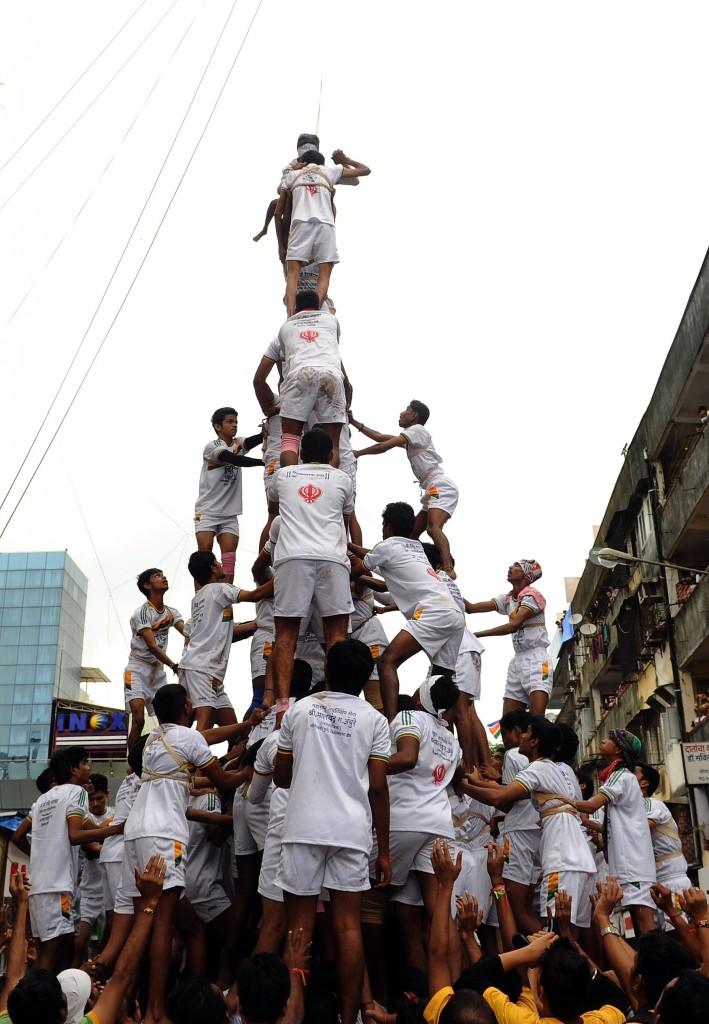 Hindus fazem pirâmides humanas (18/8/2014) durante um festival que marca o nascimento do deus Krishna, na Índia.