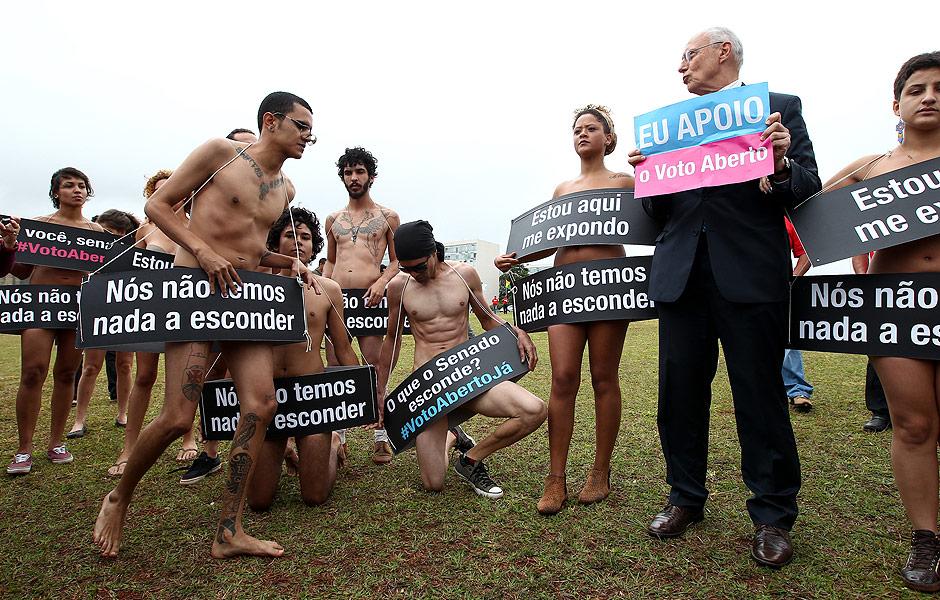 Na época (18/9/2013) o senador Eduardo Suplicy com mais uma das suas, ou seja, com o apoio do grupo Avaaz, faz uma manifestação pela aprovação do projeto que acabava com o voto secreto...