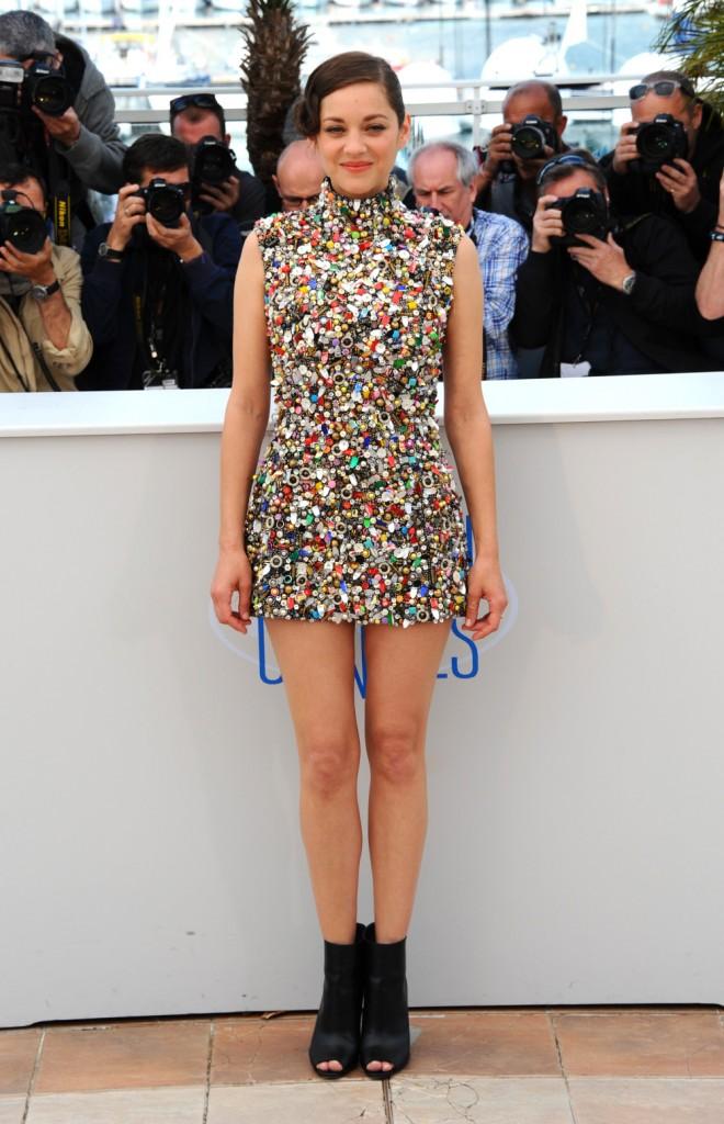 No Festival de Cannes, Marion Cotillard impressiona a todos com o seu vestido bordado com parafusos, botões e pedaços de latas (20/5/2014).