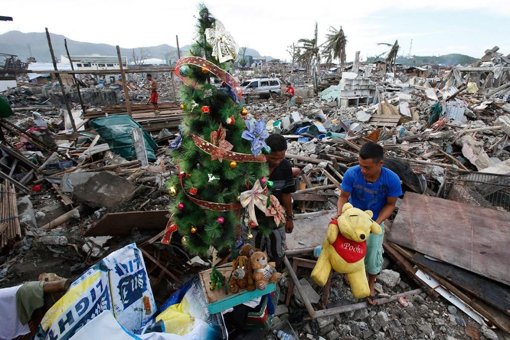 Em 17/12/2013, após a passagem de um tufão, mesmo assim os sobreviventes decoram uma árvore de Natal, em meio dos escombros que ficou a cidade de Tacloban, nas Filipinas.
