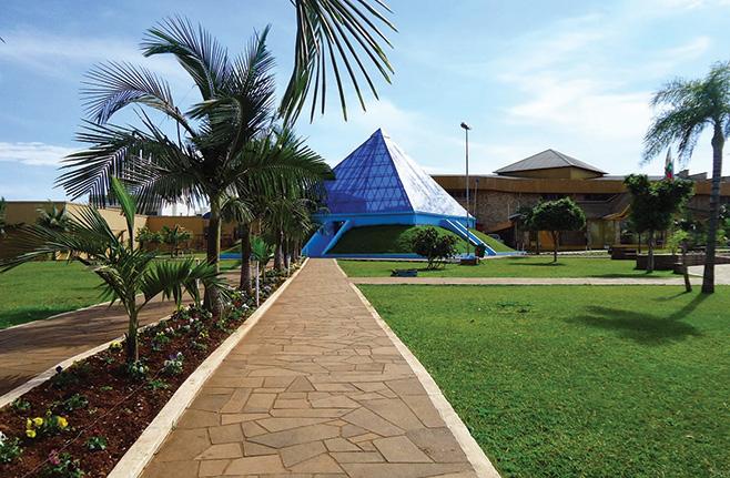 A praça principal de Ametista do Sul com a sua pirâmide de vidro com o interior revestido de ametistas.