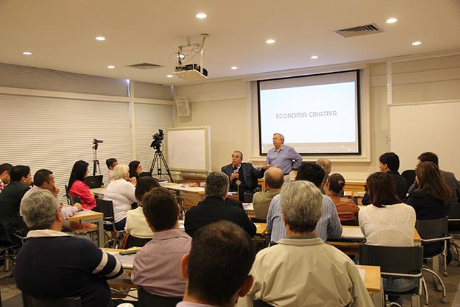 O mariliense Carlos Monteiro organizou na sua empresa um evento no qual o prof. Victor Mirshawka falou sobre como proceder para se ter uma cidade criativa e desenvolver nela negócios ligados aos setores criativos.