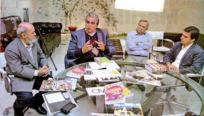 Da esquerda para direita, o reitor da UNIVEM, Luiz Carlos Macedo Soares, o prof. Victor Mirshawka, o especialista em educação superior, Carlos Monteiro e o prefeito de Marília, Vinícius Camarinha, conversando sobre a abertura do curso de pós-graduação em gestão municipal.