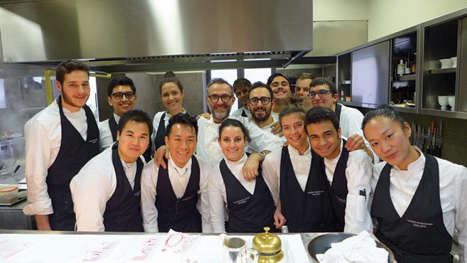 Massimo Bottura e a sua equipe de cozinha do Osteria Francescana comemorando o 1º lugar conquistado no ranking 50 Best.