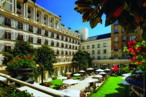 A parte interna do hotel Le Bristol em Paris