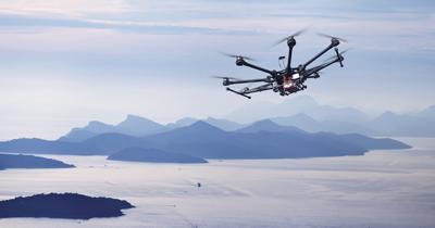 Drone octocopter em pleno voo, sendo testado pela Amazon.