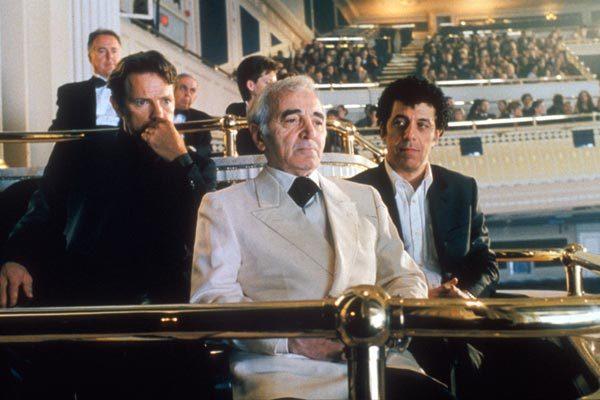 Cena do filme Ararat (2002) com Charles Aznavour ao centro.